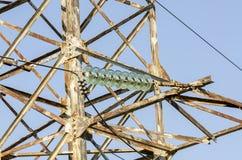 Detalj av hög-spänning kraftledningar i staden arkivbilder