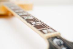 Detalj av halsen för elektrisk gitarr Arkivfoto