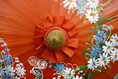Detalj av hantverkparaplyet med målningdesign Arkivfoto
