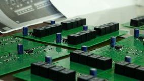 Detalj av inbyggt - strömkretsbräde med chipen Inbyggt - strömkretsbräde av en hårddisk Chip mikrochips Arkivfoton