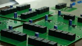 Detalj av inbyggt - strömkretsbräde med chipen Inbyggt - strömkretsbräde av en hårddisk Chip mikrochips Arkivfoto
