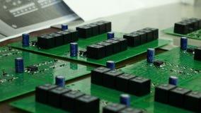 Detalj av inbyggt - strömkretsbräde med chipen Inbyggt - strömkretsbräde av en hårddisk Chip mikrochips Arkivbild