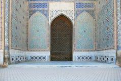 Detalj av ingångsportalen Bibi Khanum Mosque royaltyfri bild