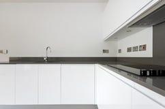 Detalj av inpassat kök för samtida fullständigt i vit Arkivbilder