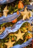 Detalj av julgranen med guld- stjärnaprydnader Fotografering för Bildbyråer