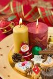 Detalj av julkakor med stearinljus Royaltyfri Foto