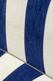 Detalj av kanfasen av strandparaplyet i blå och vitst Royaltyfri Fotografi