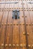 Detalj av knackaren på dörren av biskopsstolen i den gamla staden av Caceres fotografering för bildbyråer