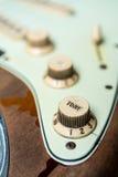 Detalj av knoppen för signal för elektrisk gitarr för tappning Fotografering för Bildbyråer