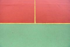 Detalj av korsade gula linjer på fotbolllekplats Detalj av Arkivfoton