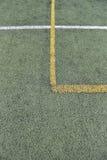 Detalj av korsade gula och vita linjer på fotbolllekplats Arkivfoto