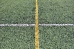 Detalj av korsade gula och vita linjer på fotbolllekplats Arkivbilder