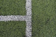 Detalj av korsade vita linjer på fotbolllekplats Royaltyfri Bild