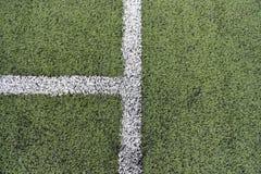 Detalj av korsade vita linjer på fotbolllekplats Closeup av Arkivbilder