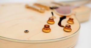 Detalj av kroppen för elektrisk gitarr Arkivbild