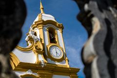 Detalj av kyrkan mellan pelare royaltyfri fotografi