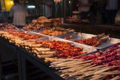 Detalj av lammkebaben i en gatamarknad på den muslimska fjärdedelen i staden av Xian royaltyfria foton