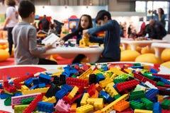 Detalj av Lego byggnadstegelstenar på G! kommer giocare i Milan, Italien Royaltyfria Foton