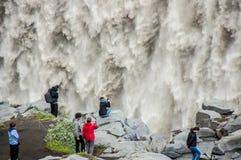 Detalj av majestätiska vattenfall med folk som tar foto Arkivfoto