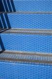 Detalj av metallisk trappa Arkivbild