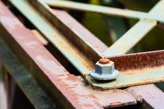 Detalj av metallskruven på delvis rostade metalldelar Arkivfoton