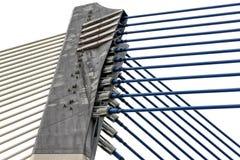 Detalj av modern arkitektur - fästande av metall, stål på brokonstruktion royaltyfri fotografi