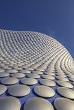 Detalj av modern byggnad mot klar blå himmel royaltyfri bild