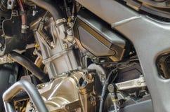 Detalj av mopedmotorn med kraschstången och den dismotled hättan arkivfoto