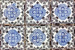 Detalj av några portugistegelplattor (azulejos) royaltyfria bilder