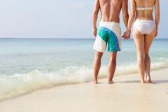 Detalj av parinnehavhänder på strandferie royaltyfria foton