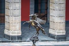 Detalj av Pegasus skulptur av springbrunnarna på den nationella slotten - Mexico - stad, Mexico arkivfoton