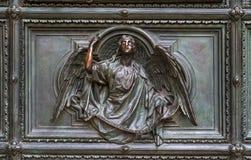 Detalj av Pietaplatsen i basrelief på Milan domkyrkadörrar royaltyfria foton
