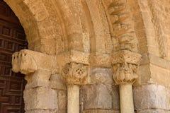 Detalj av portiken av den romanska kyrkan Royaltyfria Bilder