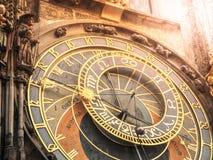 Detalj av Prague den astronomiska klockan, Orloj, på den gamla stadfyrkanten, Prague, Tjeckien royaltyfria bilder