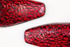Detalj av röda skor för man` s på det vita skrivbordet Arkivfoto