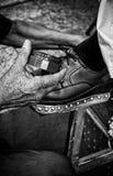 Detalj av skor för en manlokalvård på gatan royaltyfria foton
