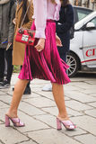Detalj av skor och för Gucci för påse utvändig byggnad modeshow i M Royaltyfria Foton