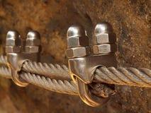 Detalj av skruvklämman på slutet av ironerepet Klättrare stryker det vridna repet som fixas i kvarter av skruvar, knäpp somkrokar fotografering för bildbyråer