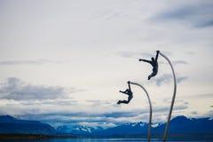 Detalj av skulptur i Puerto Natales par som fritt flyger arkivbild