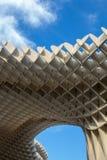 Detalj av slags solskydd i Seville som ger skugga till folket royaltyfria foton