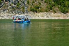 Detalj av slingringar på den steniga flodUvac klyftan Royaltyfria Bilder