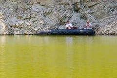 Detalj av slingringar på den steniga flodUvac klyftan Royaltyfria Foton