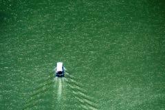 Detalj av slingringar på den steniga flodUvac klyftan Arkivfoto
