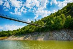 Detalj av slingringar på den steniga flodUvac klyftan Royaltyfri Foto