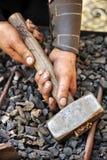 Detalj av smutsiga händer som rymmer hammaren arkivfoto