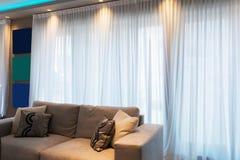 Detalj av soffan i modern lägenhet royaltyfri bild