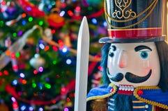 Detalj av soldaten Nutcracker med julgranen Bokeh Backgroun arkivfoto