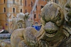 Detalj av springbrunnen av panteon i Rome, Italien royaltyfri foto