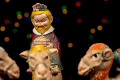 Detalj av statyetten av konungen Melchior forntida figurinesjulkrubbaset Jultraditioner royaltyfri foto