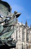 Detalj av statyn med domkyrkan i bakgrund. arkivfoto